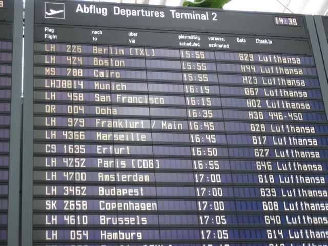 Anzeigetafel mit Flug Informationen in MUC