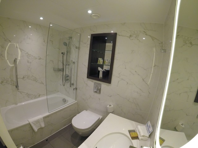 Badezimmer eines Family Room im Hilton London Euston