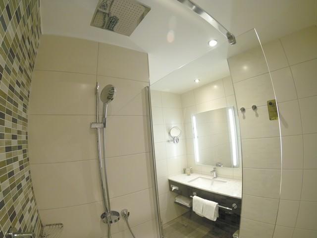 Badezimmer eines Standardzimmers im Hilton Garden Inn Frankfurt City Centre