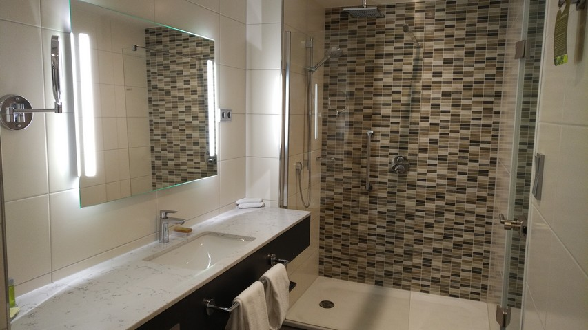 Badezimmer eines Superiorzimmer im Hilton Garden Inn Frankfurt City Centre