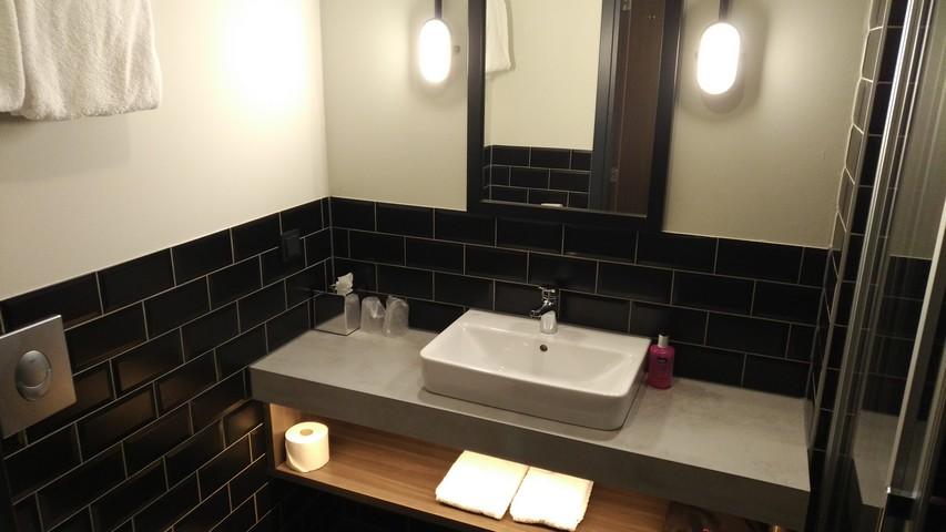 Badezimmer eines Moxy Sleeper Standardzimmers im Moxy Düsseldorf South