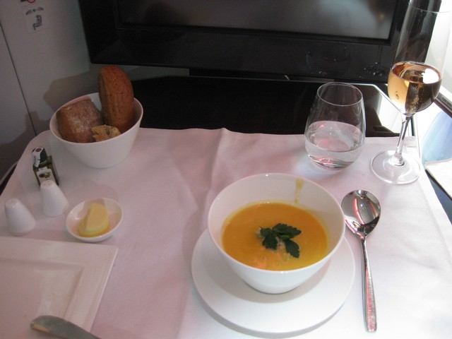 Abendessen (Suppe) Business-Class / QR301 HEL-DOH