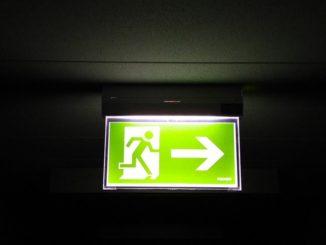 Zur Sicherheit in Hotels auf Reisen gehört sich mit den Notausgängen vertraut machen