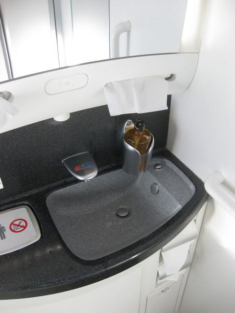 Toilette Business-Class / QR302 HEL-DOH