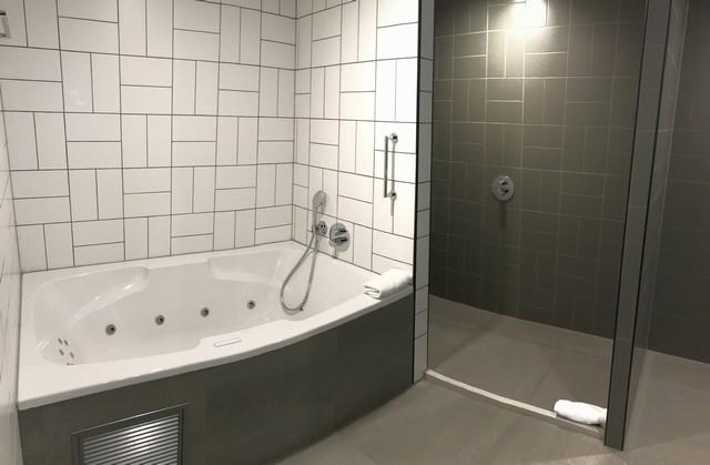 Badezimmer einer Suite im Renaissance Amsterdam Schiphol