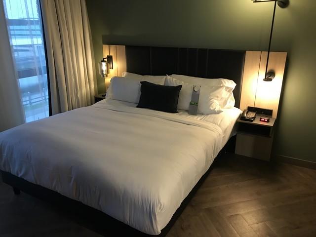 Schlafbereich einer Suite im Renaissance Amsterdam Schiphol