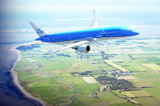 KLM 787-9 über der niederländischen Küste