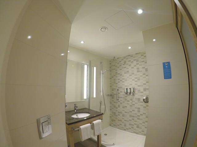 Badezimmer eines Standardzimmers im Hampton by Hilton Frankfurt Airport