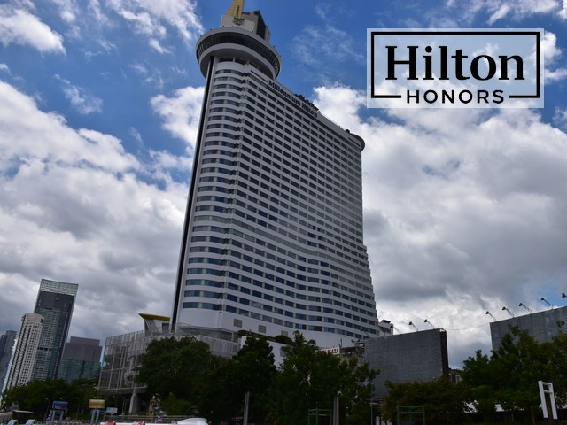 Millenium Hilton Bangkok mit Hilton Honors Logo
