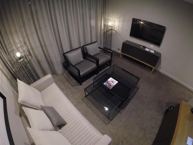 Wohnzimmer einer Suite im Four Points Sydney Central Park