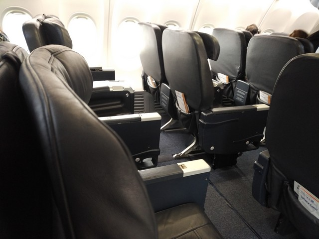 UA domestic First-Class (Boeing 737-900)