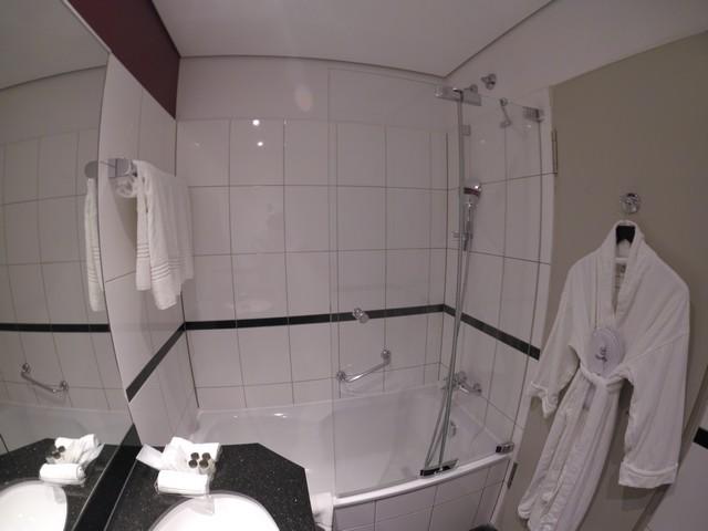 Badezimmer eines Clubzimmer im Sheraton Düsseldorf Airport