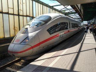ICE der Deutschen Bahn im Hauptbahnhof Duisburg