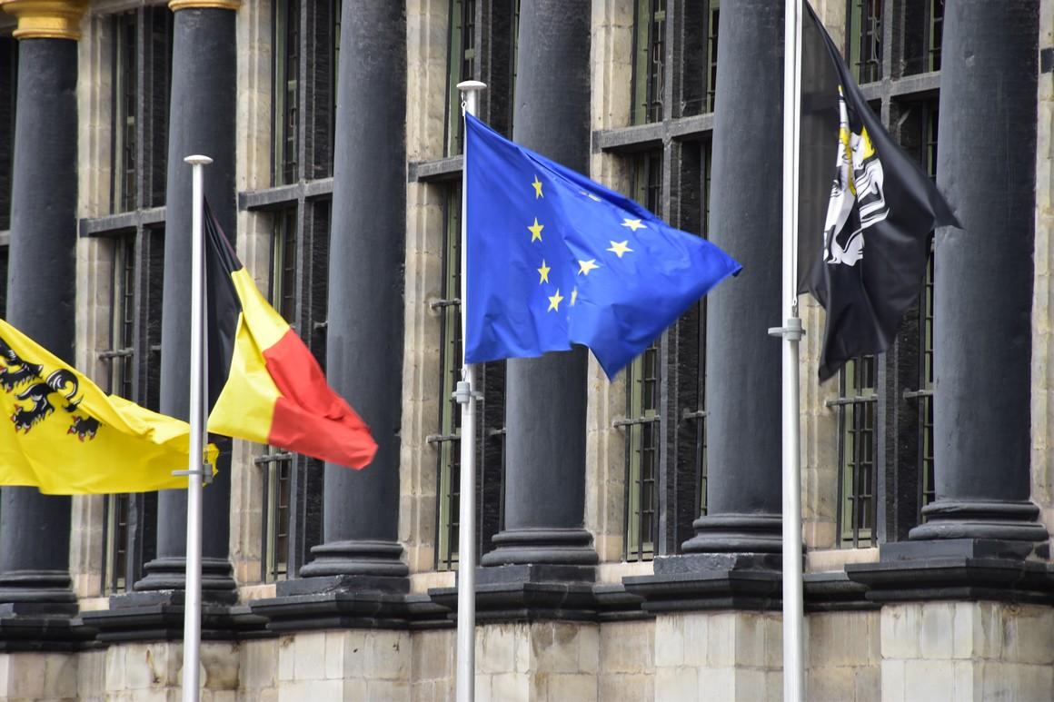 Flaggen vor dem Rathaus in Gent