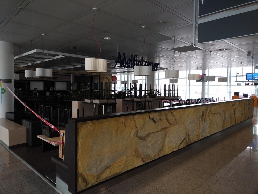 Wegen Coronavirus geschlossenes Restaurant im Flughafen München Terminal 2