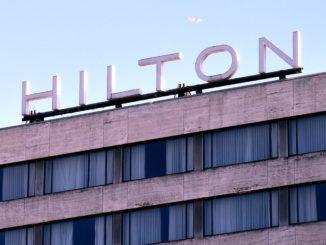 Hilton Schriftzug auf dem Hilton Rotterdam