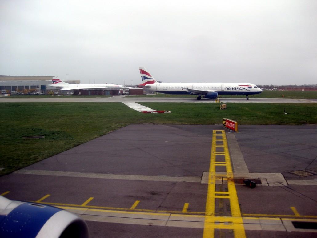British Airwaways Airbus A321 und abgestellte Concorde in London Heathrow