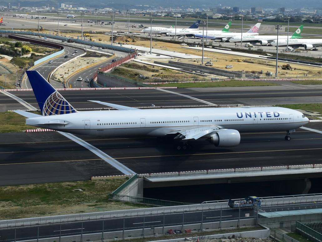 United Airlines Boeing 777-300 in Taipei Taoyuan International Airport
