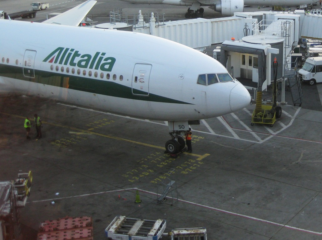 Alitalia Boeing 777 am Flughafen New York JFK